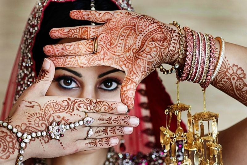 https://itmgroup.ru/ai/3000/day.2957/indian-wedding-bridal-mehndi-portrait-bridal-jewelry(pics.1).jpg