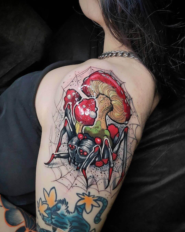 Паук с грибами на плече